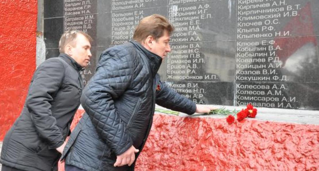 Сергей Андреев возложил цветы к мемориалу погибшим в годы войны